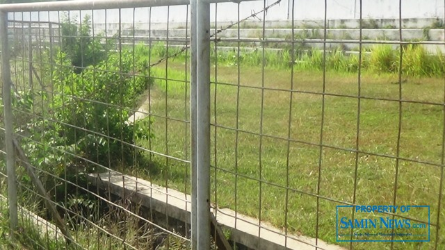 Di antara pagar keliling ini terletak saluran pembuang (drainase) kawasan lingkungan Stadion Joyokusumo.