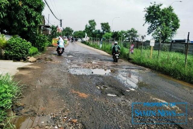 Ilustrasi : jalan yang mengalami kerusakan dan mengganggu pengguna jalan.