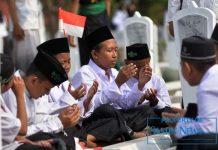 Ilustrasi : Sekelompok santri yang sedang menengadah dan berdoa.