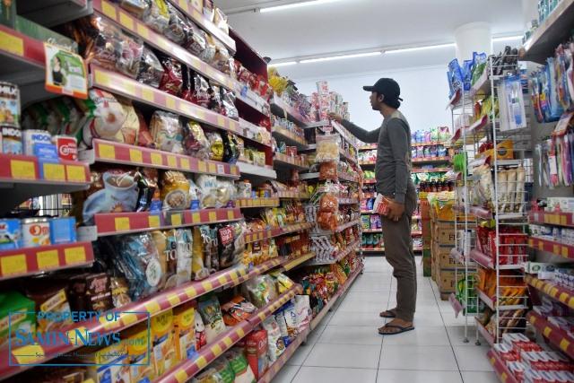Ilustrasi : Seorang warga yang sedang berbelanja di salah satu toko modern.