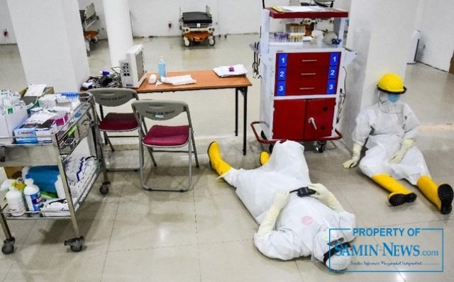 Ilustrasi : Tenaga kesehatan yang Nampak kelelahan setelah menangani pasien covid-19.