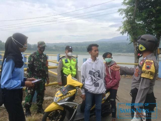 Mahasiswa dari Kelompok 10 KKN RDR UIN Walisongo dibantu oleh Polsek dan Koramil Gembong saat membagikan masker.