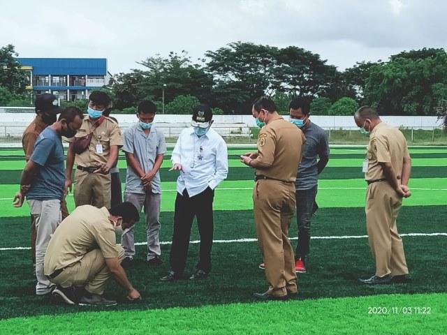 Bupati Pati Haryanto saat meninjau pembangunan Lapangan Stadion Joyokusumo.