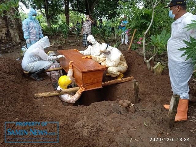 Proses pemakaman jenazah seorang laki-laki dengan standar protokol Covid-19, warga Desa Pakis, Kecamatan Tayu, oleh Tim Relawan Pemakaman dari Pati utara, Tunggulwulung.(Foto:SN/dok-yun)