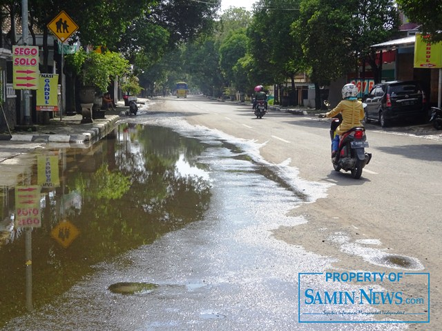 Genangan air hujan yang terdapat di belakang Shelter Puri Pati, luber ke pinggir Jl Diponegoro ke timur hampir sampai di depan Dinas Pertanian Kabupaten Pati.(Foto:SN/aed)