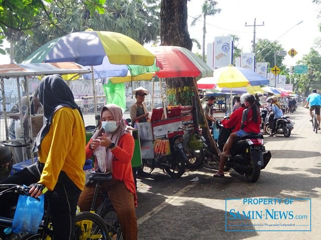 Warung tenda pedagang yang tiap pagi atau tiap minggi berada di dalam halaman Stadion Joyokusumo, Minggu (7/2) hari ini berderet di pinggir Jl Kolonel Sunandar, di depannya.(Foto:SMN/aed)
