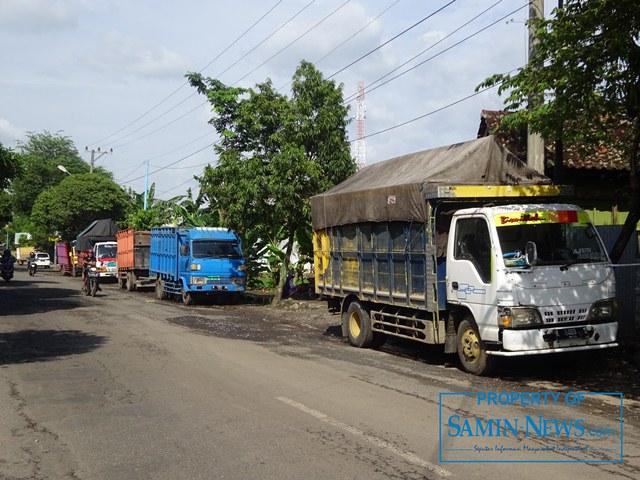Di pinggir ruas Jl Kolonel Sugiyono atau pertigaan Yakem inilah tiap hari truk pengangkut material ngetem menunggu datangnya pembeli mauoun orang yang membutuhkan jasanya.(Foto:SN/aed)