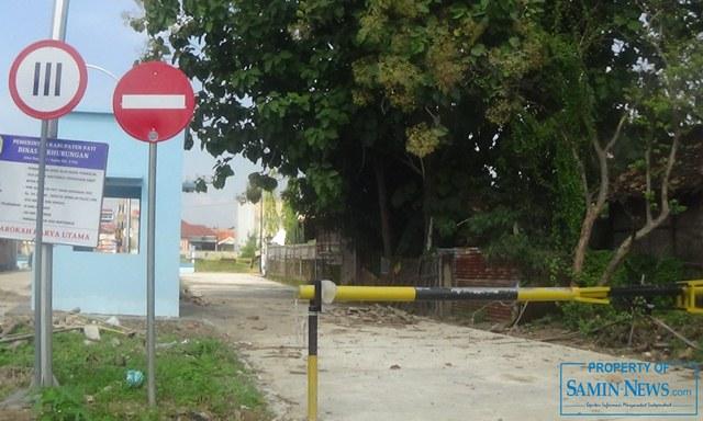 Pintu keluar truk untuk menuju ke ujung depan pinggir jalan raya masih ditutup.(Foto:SN/aed)