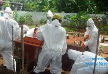 Pemakaman standar protokol Covid-19 oleh tim pemakaman dari Badan Penanggulangan Bencana Daerah (BPBD) Pati.(Foto:SN/dok-aed)