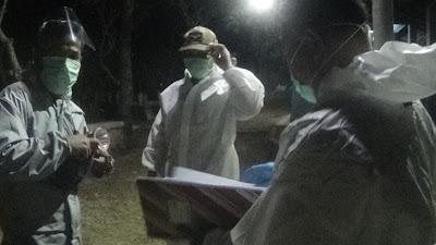 Jika tidak ada pihak keluarga maupun warga yang mengumandangkan adzan untuk jenazah yang akan dimakamkan, maka tim pemakaman pun ganti mengumandang adzan.(Foto:SN/dok-aed)